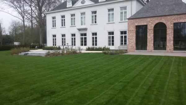 Villa tuin gazon kleiklinker blauwsteen