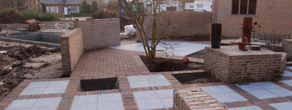 Een tuin in aanlegfase, constructie van terras