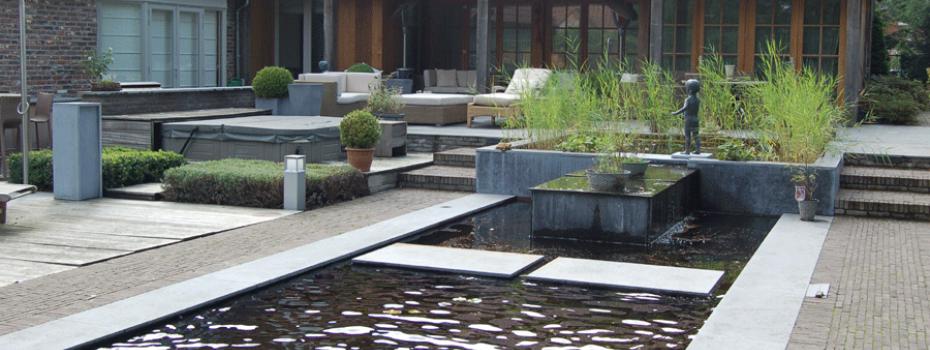 Vijver met tuinbeeld en aanpalend terras